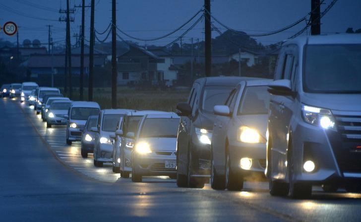11月22日,日本福岛,强震后当局呼吁福岛居民躲避海啸,居民驱车撤离,交通拥堵。图片由共同社提供。  Kyodo/via REUTERS