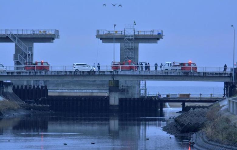 2016年11月22日,日本福岛,强震后当局发布海啸警报,人们在入海口监测情况。图片由共同社提供。Kyodo/via REUTERS