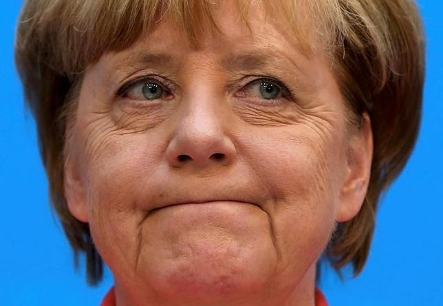 11月20日、4期目を目指す意向を正式表明したドイツのメルケル首相(写真)は、これまでの政治人生で最大の試練に直面することになる。ベルリンで9月撮影(2016年 ロイター/Fabrizio Bensch)