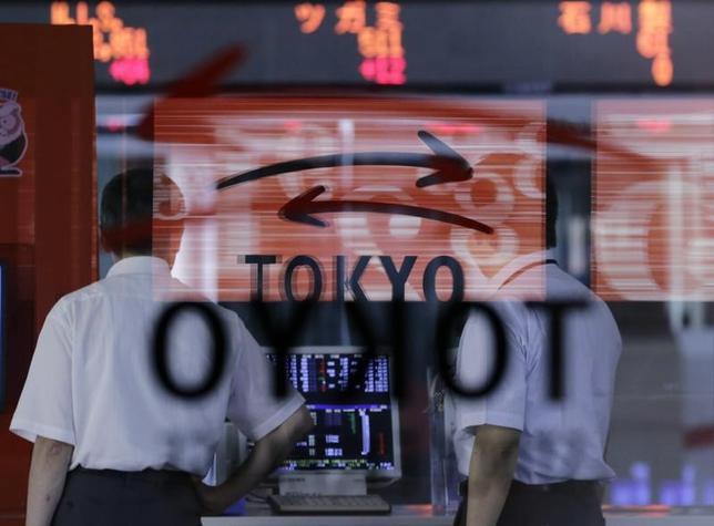 11月22日、前場の東京株式市場で、日経平均株価は前営業日比6円41銭高の1万8112円43銭と小幅に続伸した。写真は都内で2012年7月撮影(2016年 ロイター/Toru Hanai)
