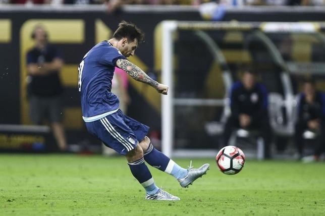 11月21日、国際サッカー連盟は年間最優秀ゴール賞の候補10ゴールを発表。アルゼンチン代表FWメッシ(写真)やブラジル代表FWネイマールのゴールもノミネートされた。ヒューストンで6月撮影(2016年 ロイター/Troy Taormina-USA TODAY Sports)