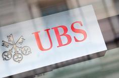 UBS s'est maintenue en tête du classement des courtiers sur les actions en Europe cette année. La banque suisse bénéficiant de ses points en forts dans l'analyse financière et le trading algorithmique. /Photo d'archives/REUTERS/Michael Buholzer