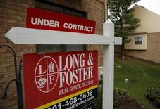 Una vivienda a la venta en Bethesda, EEUU, dic 30, 2015. Las ventas de casas usadas en Estados Unidos subieron en octubre a su nivel más alto en más de 9 años y medio debido a la demanda acumulada, lo que ofrece nuevas evidencias de un repunte en el crecimiento económico en el cuarto trimestre, pero un reciente incremento en las tasas hipotecarias podría desacelerar la actividad del mercado inmobiliario.       REUTERS/Gary Cameron