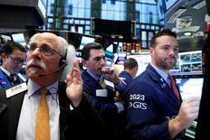 Operadores trabajando en la bolsa de Wall Street en Nueva York, nov 18, 2016. Los tres principales índices de acciones de Estados Unidos tocaron nuevos máximos históricos el martes, con el Dow Jones superando los 19.000 puntos y el S&P 500 los 2.200 puntos por vez primera, mientras continúa la corriente alcista tras el triunfo electoral de Donald Trump.  REUTERS/Brendan McDermid