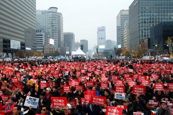 2016年11月19日,韩国民众在首尔举行抗议集会,要求总统朴槿惠下台。REUTERS/Kim Hong-Ji