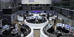 Трейдеры на торгах фондовой биржи во Франкфурте-на-Майне 22 ноября 2016 года. Европейские фондовые рынки растут третью сессию подряд в среду, при этом компании ресурсного сектора поддерживают рынок на фоне роста цен на металлы.  REUTERS/Staff/Remote