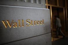 Wall Street cerca de la bolsa de Nueva York, Estados Unidos,15 de junio 2012. Las acciones cerraron el martes con moderadas ganancias en la Bolsa de Nueva York, extendiendo su repunte posterior a las elecciones de Estados Unidos, lo que llevó al Dow Jones a superar los 19.000 puntos y a los tres principales índices a cerrar en niveles récord por segundo día sucesivo. REUTERS/Eric Thayer