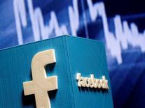 Логотип Facebook на фоне графика фондового рынка. Социальная сеть Facebook Inc негласно разработала инструмент для цензурирования, который может убедить Китай пустить крупнейшую в мире социальную сеть в страну после семилетнего запрета, сообщило издание New York Times.  REUTERS/Dado Ruvic/Illustration