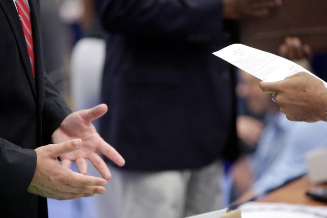 11月23日、19日終了週の新規失業保険申請件数は前週比1万8000件増の25万1000件と、予想の25万件をやや上回った。写真は2013年6月、ワシントンの就職フェアで撮影(2016年 ロイター/Jonathan Ernst/File Photo)