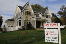 Les ventes dans l'immobilier neuf résidentiel aux Etats-Unis ont, contre toute attente, diminué en octobre, mais ce recul devrait être temporaire en raison du dynamisme du marché du travail. Les ventes ont reflué de 1,9% à 563.000 unités en rythme annualisé, corrigé des variations saisonnières. /Photo d'archives/REUTERS/Larry Downing