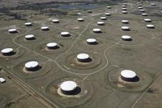 Tanques para almacenamiento de petróleo en Cushing. 24 de marzo de 2016. Los inventarios de petróleo en Estados Unidos bajaron la semana pasada por un aumento de la producción de las refinerías y una baja de las importaciones, mientras que las existencias de gasolina y de destilados subieron, informó el miércoles la gubernamental Administración de Información de Energía (EIA). REUTERS/Nick Oxford