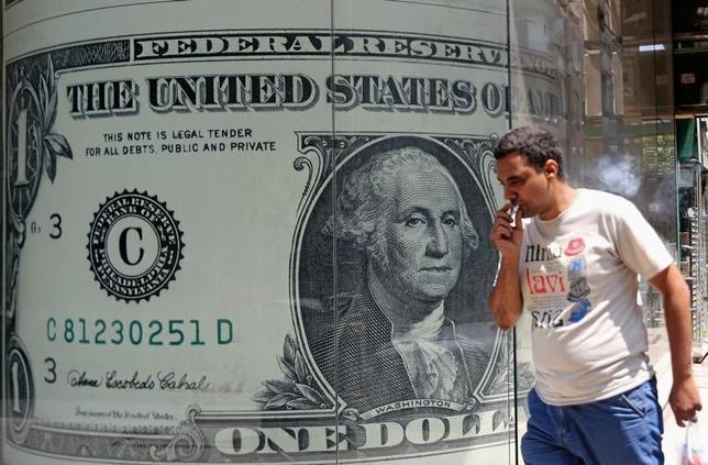 11月23日、ニューヨーク外為市場では、ドルが円に対して一時、約8カ月ぶりの高水準に上昇した。8月撮影(2016年 ロイター/Mohamed Abd El Ghany)
