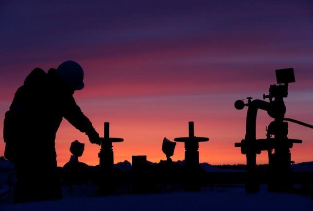 11月23日、OPECが来週30日の総会で原油生産の削減を最終決定すると見込まれる中、ロシアは増産凍結をどのように行うかについて決めかねていることが分かった。バシコルトスタン共和国の石油施設で昨年1月撮影(2016年 ロイター/Sergei Karpukhin)