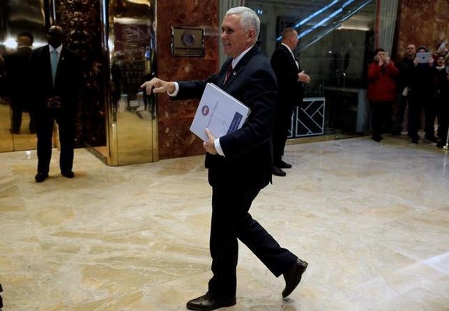 11月23日、米鉄鋼協会はトランプ次期米大統領の政権移行チームと大統領選以降接触していることを明らかにした。写真は政権移行チームを率いるペンス次期副大統領。ニューヨークのトランプタワーで22日撮影(2016年 ロイター/MIKE SEGAR)