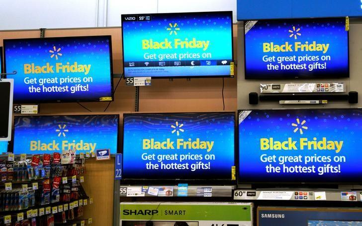 2016年11月23日,美国科罗拉多州,沃尔玛一家门店内电视屏幕上的黑色星期五促销广告。REUTERS/Rick Wilking