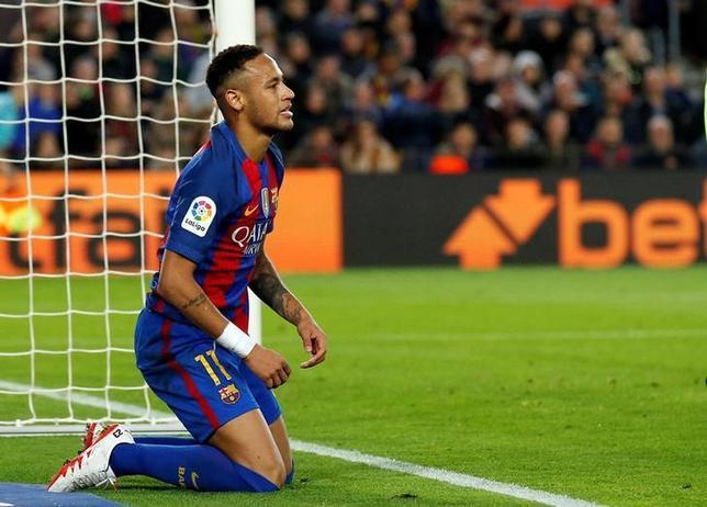 11月23日、スペイン検察当局はサッカーのスペイン1部、バルセロナのブラジル代表FWネイマール(写真)に対し、2013年に移籍加入した時の手続きに不正があったとして、禁錮2年を求刑した。バルセロナで19日撮影(2016年 ロイター/Albert Gea)