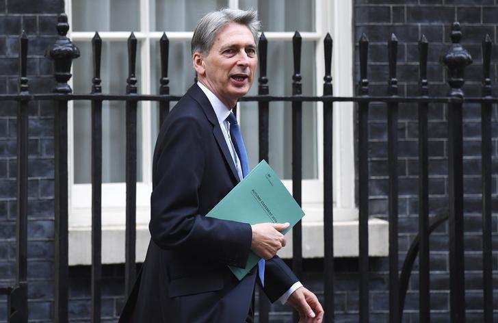 2016年11月23日,英国财政大臣哈蒙德离开唐宁街11号去议会发表秋季预算声明。REUTERS/Toby Melville