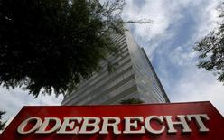 Le conglomérat brésilien du BTP Odebrecht va plaider coupable dans l'enquête pour corruption qui le vise et a convenu d'un accord sur un règlement record de sept milliards de réals d'amendes (1,95 milliard d'euros). Près de 200 députés brésiliens sont susceptibles d'être mis en cause pour avoir accepté des pots-de-vin d'Odebrecht, doté selon les procureurs d'un service entier consacré à la corruption. /Photo d'archives/REUTERS/Paulo Whitaker