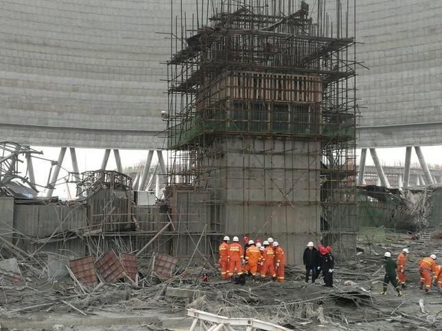11月24日、中国東部の江西省豊城の発電所で朝、建設中の冷却塔で足場が崩れ、少なくとも40人が死亡、5人が負傷し病院に搬送された。写真は江西省で撮影(2016年 ロイター)