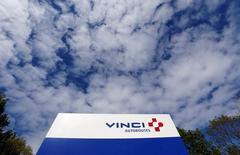 Vinci, qui est à suivre jeudi à la Bourse de Paris, a annoncé mercredi porter plainte contre X pour la diffusion la veille de plusieurs faux communiqués qui ont entraîné une chute de son cours de Bourse. /Photo d'archives/REUTERS/Régis Duvignau