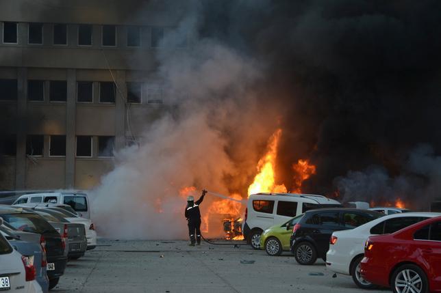 11月24日、トルコ南部アダナの知事室の入る建物の外で車が爆発し、2人が死亡、十数人が負傷した。国営のアナドル通信が伝えた。提供写真(2016年 ロイター/Ihlas News Agency)