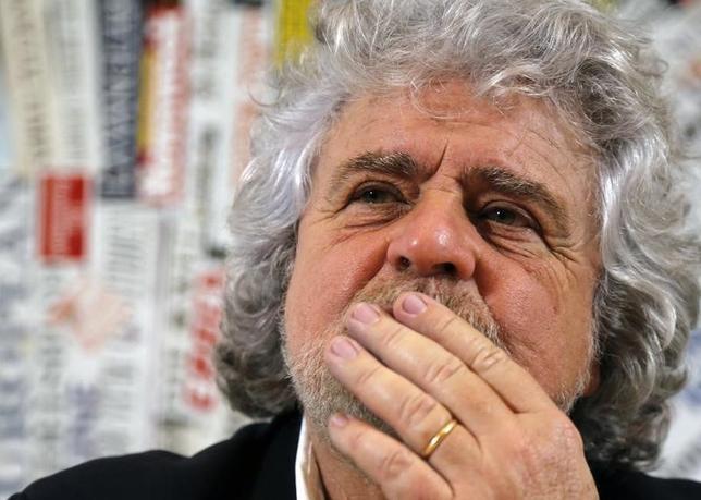 11月18日、イタリアで12月4日に実施される憲法改正の是非を問う国民投票が否決となった場合でも、反体制派政党の「五つ星運動」の勢力は拡大よりも後退の可能性が大きい。写真は同党の共同創設者ベッペ・グリッロ氏。ローマで2014年1月撮影(2016年 ロイター/Stefano Rellandini)