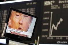 La confianza empresarial alemana se mantuvo sin cambios en noviembre, según un sondeo publicado el jueves, lo que sugiere que los ejecutivos de las empresas siguen siendo optimistas sobre las perspectivas de crecimiento de la mayor economía europea pese a las crecientes incertidumbres políticas. En la imagen, Trump en un televisor en la bolsa de Fráncfort el 9 de noviembre de 2016. REUTERS/Kai Pfaffenbach