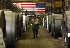 Рабочий на заводе Gregory Industries в городе Кантон, штат Огайо. 5 марта 2012 года. Крупнейшая ассоциация металлургов США сообщила, что находится в постоянном контакте с командой избранного президента Дональда Трампа с момента его избрания 8 ноября и надеется усилить торговую защиту, когда он займёт пост президента. REUTERS/Brian Snyder