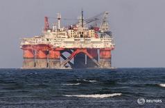 """En la imagen, la plataforma petrolera """"Lolair"""" de la compañía estatal mexicana  Petróleos Mexicanos (PEMEX) cerca del puerto de Veracruz, en Mexico. 7 de junio de 2012. Las petroleras que cotizan en bolsa en todo el mundo han recortado su producción de crudo en un 2,4 por ciento en lo que va de 2016, en medio de una de las peores desaceleraciones de la industria y mientras la OPEP trabaja para acordar el primer recorte a su bombeo desde 2008. REUTERS/Yahir Ceballos"""