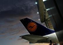 Les pilotes de Lufthansa ont annoncé jeudi qu'ils prolongeaient leur grève jusqu'à samedi soir, affectant tous les vols long-courriers au départ d'Allemagne. La grève, la 14e depuis début 2014, a débuté mercredi et elle témoigne de la dureté du conflit qui oppose la direction de la compagnie aérienne au syndicat des pilotes Vereinigung Cockpit. /Photo prise le 23 novembre 2016/REUTERS/Darrin Zammit Lupi