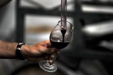Un trabajador probando un vino tino en el viñedo Montgras en Colchagua, Chile, mar 25, 2010. La economía chilena comenzaría a repuntar en el segundo semestre del 2017, apoyada en una política monetaria más expansiva y expectativas de un cambio de coalición política gobernante, dijeron el jueves expertos en un foro de Thomson Reuters.   REUTERS/Marco Fredes