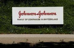 Le géant américain de la santé Johnson & Johnson a approché le groupe suisse de biotechnologies Actelion en vue d'un éventuel rachat, qui lui permettrait de renforcer son portefeuille de médicaments. /Photo prise le 20 juillet 2016/REUTERS/Arnd Wiegmann