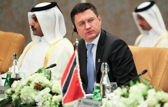 11月24日、ロシアのノバク・エネルギー相(写真中央)は、OPECが非加盟国に日量50万バレルの生産縮小を求めたと明らかにし、88万バレルの減産計画は承知していないと述べた。ドーハで17日撮影(2016年 ロイター/Naseem Zeitoon)