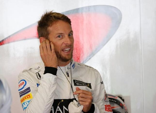 11月24日、自動車レースF1、マクラーレン・ホンダのジェンソン・バトンは、今季最終戦のアブダビGPを最後にF1から引退する意向を示した。鈴鹿で10月撮影(2016年 ロイター/Toru Hanai)