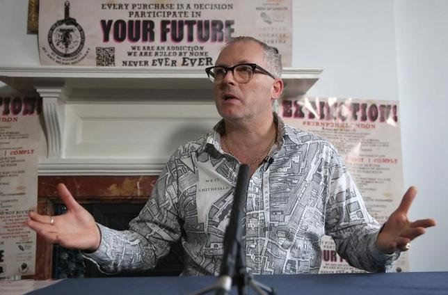11月24日、英パンクロックバンド「セックス・ピストルズ」のマネジャー、マルコム・マクラーレン氏の息子であるジョセフ・コー氏は、主流派が支配する音楽業界に対する抗議として、同バンドのコレクションを燃やすと宣言した。写真は記者会見するコー氏(2016年 ロイター/Neil Hall)
