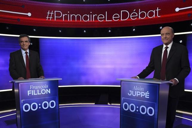 11月24日、2017年のフランス大統領選に向け、中道右派陣営の候補者を決める予備選の決選投票を前に世論調査が行われた。これによると、中道右派の有権者のうち71%が、フィヨン元首相(左)の方がジュペ元首相より説得力があったと回答した。写真はパリで24日撮影(2016年 ロイター/Erick Feferberg)