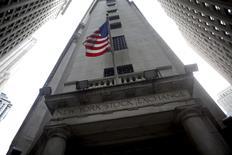 La Bourse de New York, qui a battu cette semaine ses records de clôture à plusieurs reprises, a atteint vendredi de nouveaux pics à l'ouverture d'une séance raccourcie avec les distributeurs en première ligne en ce début des ventes de fin d'année. Le Dow Jones gagne 0,26%, à 19.132,93 points quelques minutes après l'ouverture. /Photo d'archives/REUTERS/Eric Thayer