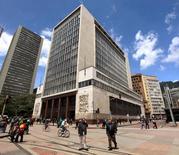 Personas caminan frente a la sede el banco central de Colombia en Bogotá. 7 de abril de 2015. El Banco Central de Colombia mantuvo el viernes sin cambios su tasa de interés en un 7,75 por ciento, una decisión en línea con lo esperado por el mercado, mientras que el Gobierno recortó sus metas de crecimiento económico para este y el próximo año. REUTERS/Jose Miguel Gomez