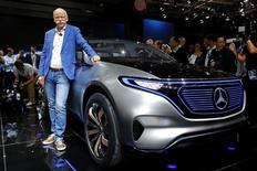 El presidente ejecutivo de Daimler, Dieter Zetsche, posa frente al  auto eléctrico Mercedes EQ en una feria en París. 29 de septiembre de 2016. REUTERS/Jacky Naegelen