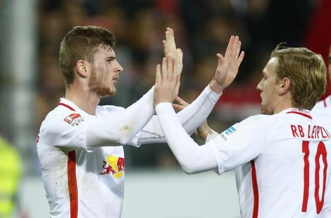 11月25日、サッカーのドイツ1部ブンデスリーガ、ライプチヒはフライブルクを4─1で下した。写真はライプチヒの選手たち(2016年 ロイター/Ralph Orlowski)