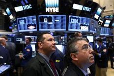 Los mercados financieros están teniendo un momento retro. Las perspectivas de grandes recortes de impuestos y alzas de tipos de interés en Estados Unidos han provocado un alza en las rentabilidades de los bonos y el dólar. Los inversores están haciendo comparaciones con los años 80, en los que se llevaron a cabo políticas similares. Hay buenas razones, sin embargo, para dudar que los precios reproduzcan el pasado. En la imagen, unos operadores en la bolsa de Nueva York, el pasado 15 de noviembre de 2016. REUTERS/Lucas Jackson