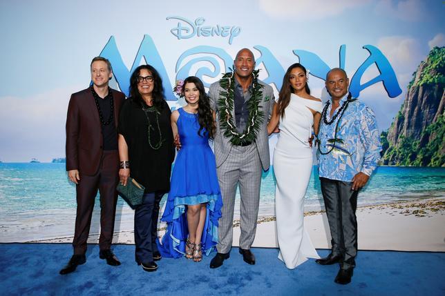 11月27日、バラエティ・ドット・コムなどによると、週末の北米映画興行収入ランキングは、ディズニーの「モアナと伝説の海」が約62億6400万円を稼ぎ初登場首位となった。写真は14日、ワールドプレミアに出席する声優陣(2016年 ロイター/Danny Moloshok)