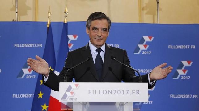 11月27日、来年のフランス大統領選に向けた中道・右派陣営の候補者を決める予備選の決選投票で勝利したフランソワ・フィヨン元首相(写真)について、ハリス・インタラクティブがこの日実施した世論調査で、来年の大統領選では極右政党、国民戦線(FN)のルペン党首に大差で勝利すると予想されていることが明らかになった。写真は27日撮影(2016年 ロイター/CHRISTIAN HARTMANN)