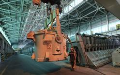 Рабочий на алюминиевом заводе Русала у  Саяногорска. ВВП РФ в октябре 2016 года снизился на 0,5 процента в годовом выражении, сообщило Минэкономразвития в понедельник.   REUTERS/Ilya Naymushin (RUSSIA - Tags: BUSINESS)