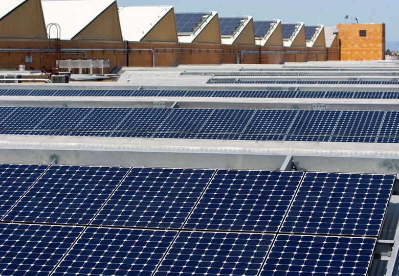 Solar panels sit on the roof of SunPower Corporation in Richmond, California March 18, 2010.  REUTERS/Kim White/File Photo