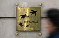 BNP PARIBAS, lanterne rouge du CAC 40, a abandonné 2,62% à 53,5 euros. L'indice CAC 40 a terminé en baisse de 0,88% tout en se maintenant au-dessus du niveau psychologique des 4.500 points (4.510,39 points). /Photo d'archives/REUTERS/Christian Hartmann