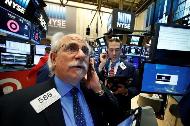 11月28日、米国株式市場は反落。先週の大幅高に対する利益確定の動きが見られ、金融株や消費関連株中心に売られた。NY証取で25日撮影(2016年 ロイター/Brendan McDermid)