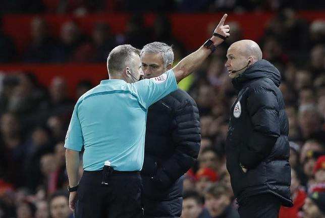 11月28日、イングランド・サッカー協会は、不適切な言動があったとして、マンチェスター・ユナイテッドのジョゼ・モウリーニョ監督(中央)に処分を下すことを明らかにした。英マンチェスターで27日撮影(2016年 ロイター)
