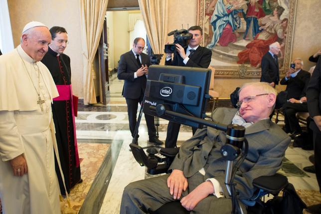 11月28日、ローマ法王は、世界の国家指導者らに対し、環境に関する国際合意を遅滞なく実行するよう求めた。写真は、会合に出席した理論物理学者スティーブン・ホーキング博士(右)にあいさつする法王。提供写真(2016年 ロイター/Osservatore Romano)