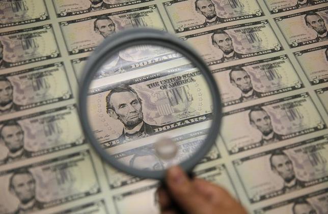 11月29日、正午のドル/円は、前日ニューヨーク市場午後5時時点に比べ、ややドル高/円安の112.08/10円だった。写真はワシントンで昨年3月撮影(2016年 ロイター/Gary Cameron)